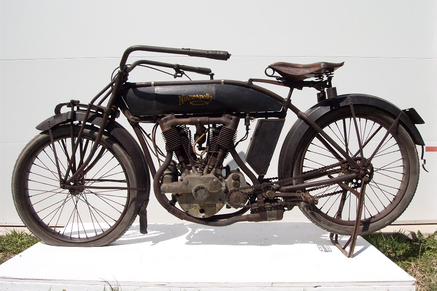 The_Minneapolis_is_a_1913_model_S-2_De_Luxe_Two-Speed_Twin_Web.jpg
